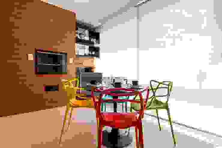 Larissa Lieders Arquitetura + Interiores Balcone, Veranda & Terrazza in stile moderno Plastica Variopinto