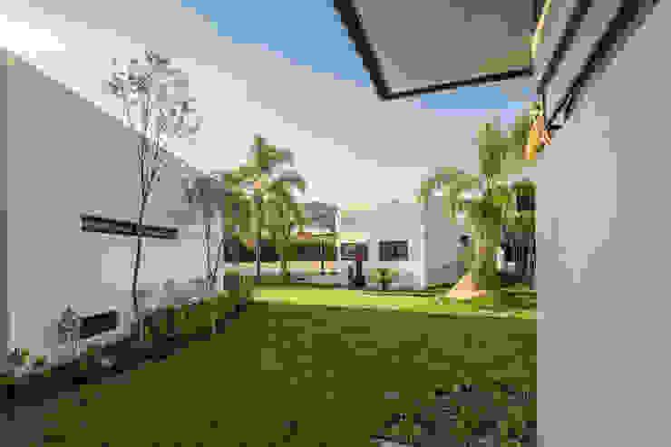 Modern Garden by 2M Arquitectura Modern