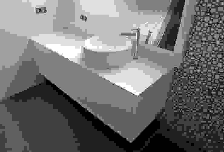 Salle de bain moderne par AD+ arquitectura Moderne Céramique