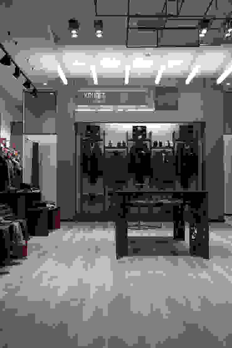 Progettazione locale commerciale a Roma per abbigliamento uomo - Kruder DUOLAB Progettazione e sviluppo Negozi & Locali Commerciali Cemento Grigio