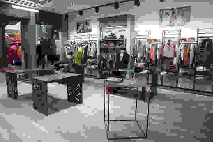 Progettazione locale commerciale a Roma per abbigliamento uomo – Kruder DUOLAB Progettazione e sviluppo Negozi & Locali Commerciali Metallo Metallizzato/Argento