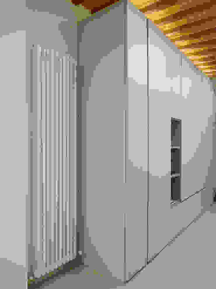 Коридор, прихожая и лестница в стиле минимализм от Studio di Architettura IATTONI Минимализм