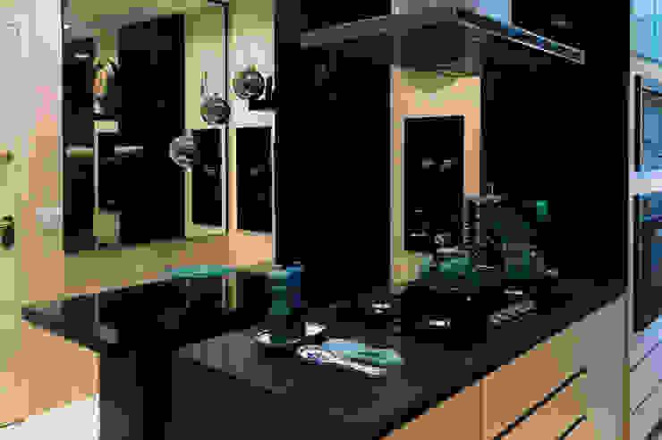 Apartamento Ocean Front por Elaine Ramos Elaine Ramos | Arquitetos Associados Armários e bancadas de cozinha