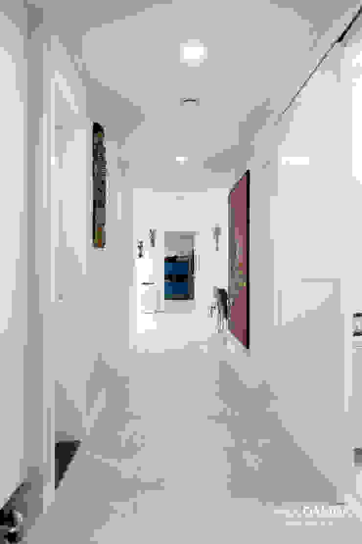 Nowoczesny korytarz, przedpokój i schody od 디자인담다 Nowoczesny