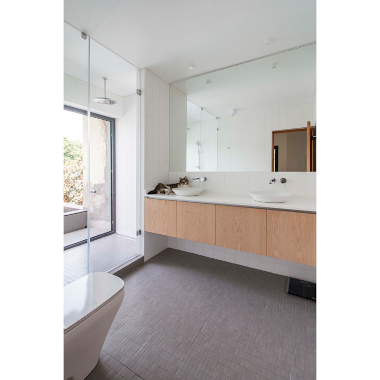 Minimalist style bathrooms by Crescente Böhme Arquitectos Minimalist Ceramic