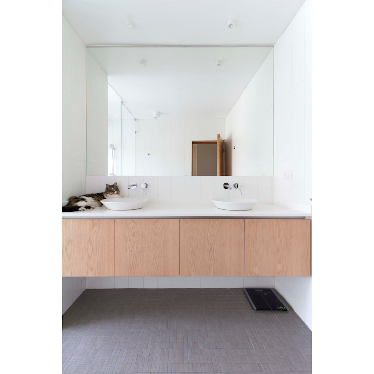 Minimalist style bathrooms by Crescente Böhme Arquitectos Minimalist Wood Wood effect