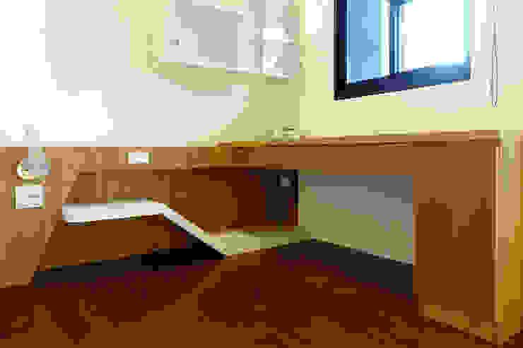 Ruang Studi/Kantor Modern Oleh houseda Modern Kayu Lapis