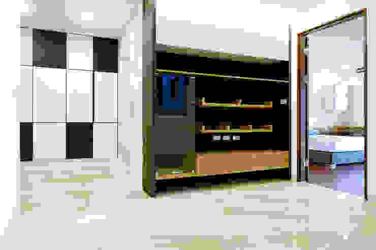 Moderne Arbeitszimmer von houseda Modern Sperrholz