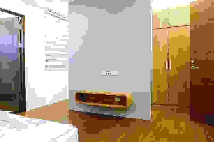 Moderne Schlafzimmer von houseda Modern Holzwerkstoff Transparent