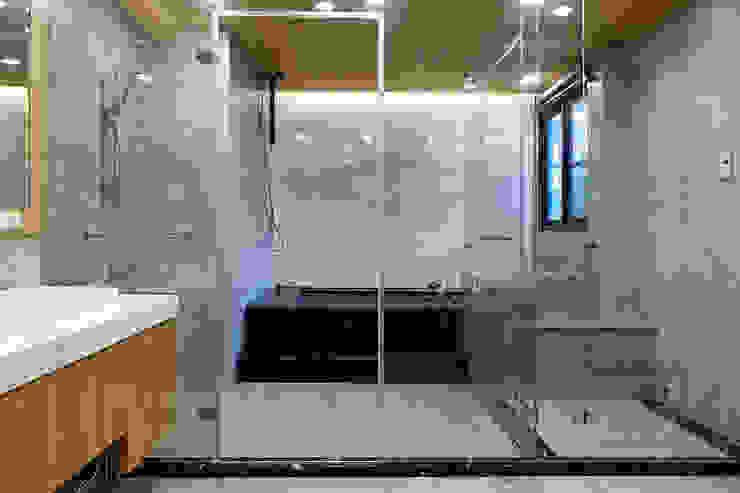 安平區自定義豪宅 現代浴室設計點子、靈感&圖片 根據 houseda 現代風 大理石