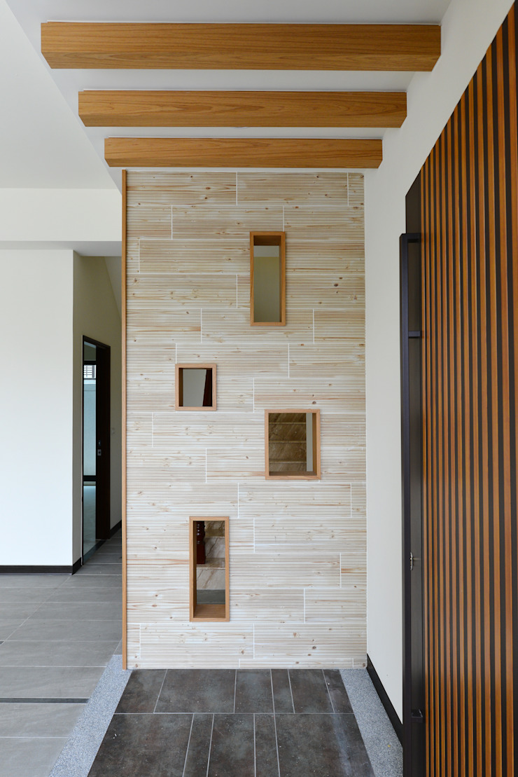 Modern Corridor, Hallway and Staircase by houseda Modern Tiles