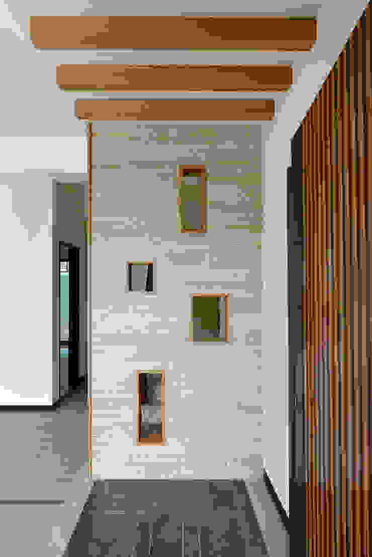 好事文元 現代風玄關、走廊與階梯 根據 houseda 現代風 磁磚