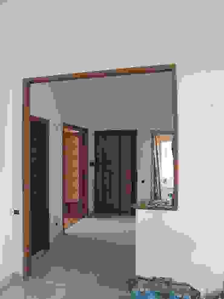 Ingresso dal soggiorno - ante operam Ingresso, Corridoio & Scale in stile moderno di Daniele Arcomano Moderno
