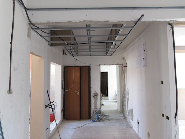 Cantiere ingresso Ingresso, Corridoio & Scale in stile moderno di Daniele Arcomano Moderno