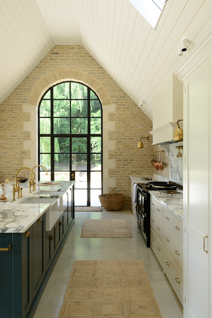 A Cotswold Barn by deVOL by deVOL Kitchens Classic Solid Wood Multicolored