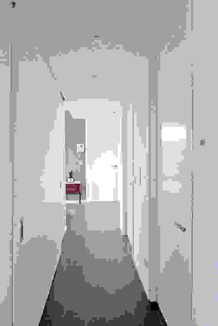 Vivienda en Rúa Aba Pasillos, vestíbulos y escaleras de estilo moderno de AD+ arquitectura Moderno Tablero DM