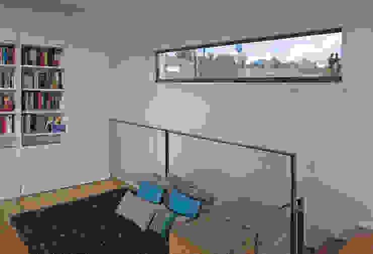 Vivienda en Rúa Aba Estudios y despachos de estilo moderno de AD+ arquitectura Moderno Tablero DM