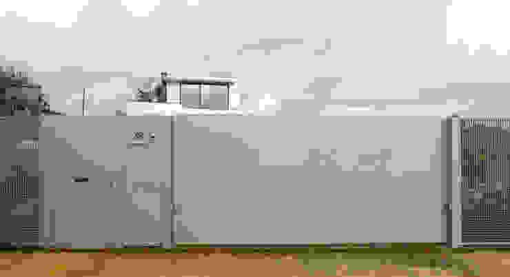 Vivienda en Rúa Aba de AD+ arquitectura Moderno Hierro/Acero