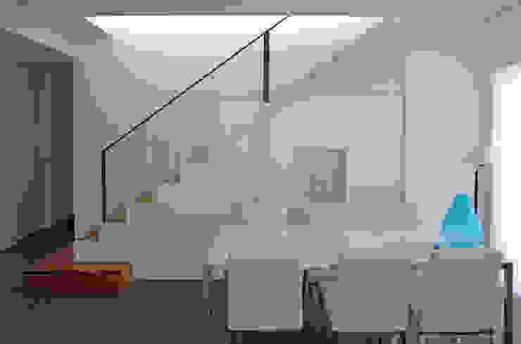 Vivienda en Rúa Aba de AD+ arquitectura Moderno Tablero DM