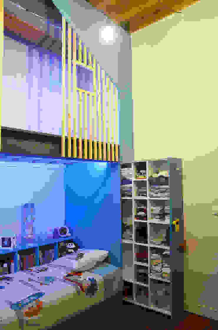 Aménagement d'une chambre d'enfants par Kauri Architecture Moderne Bois Effet bois