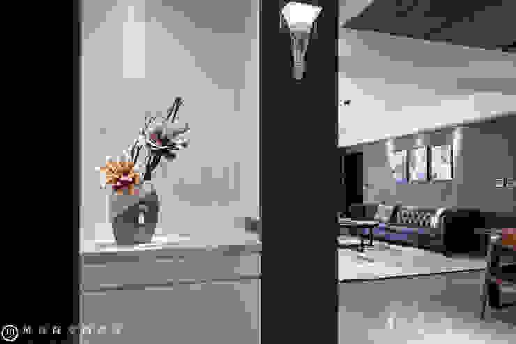 春禹建設/三十三謙-文樺靛居 現代風玄關、走廊與階梯 根據 SING萬寶隆空間設計 現代風