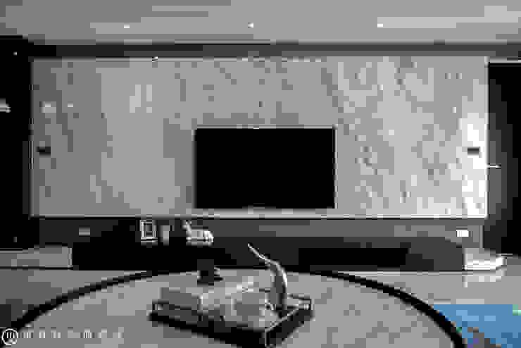 春禹建設/三十三謙-文樺靛居 现代客厅設計點子、靈感 & 圖片 根據 SING萬寶隆空間設計 現代風