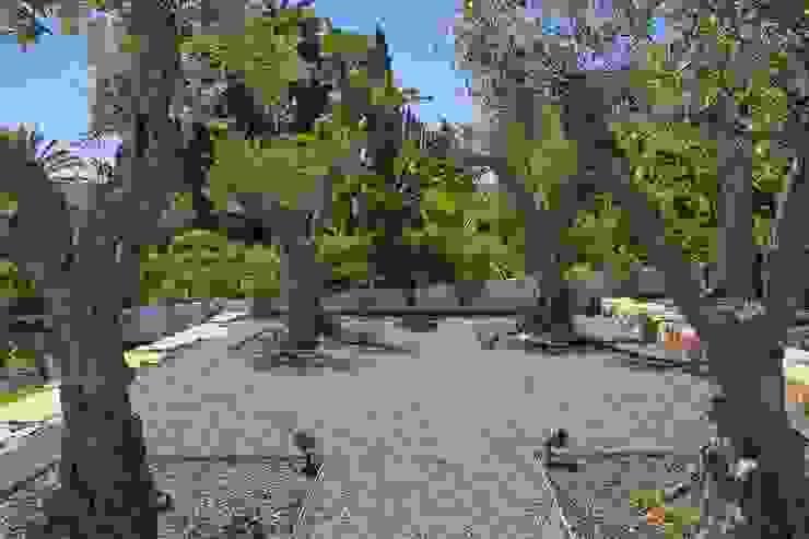 Jardim Contemporâneo com Áreas Espaçosas : Jardins de fachada  por Jardíssimo,