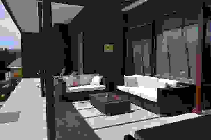 CASA SANFUENTE Balcones y terrazas modernos de AOG Moderno Compuestos de madera y plástico