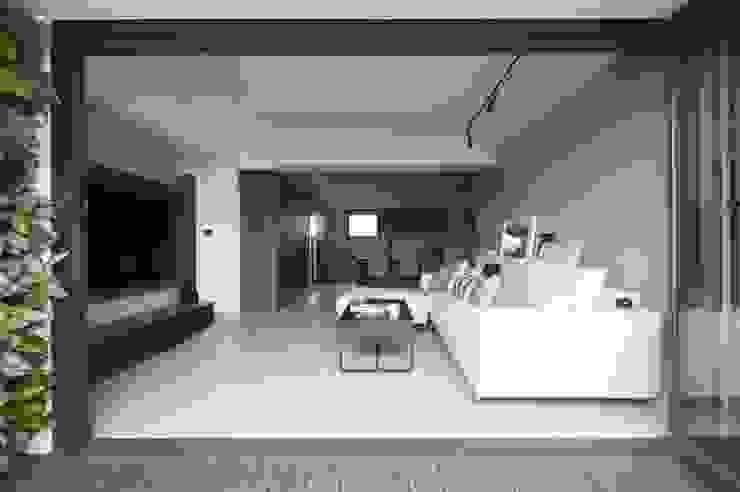 量身打造的恬靜 現代房屋設計點子、靈感 & 圖片 根據 昕益有限公司 現代風