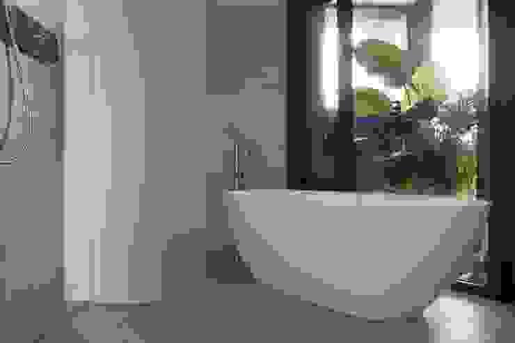 量身打造的恬靜 現代浴室設計點子、靈感&圖片 根據 昕益有限公司 現代風
