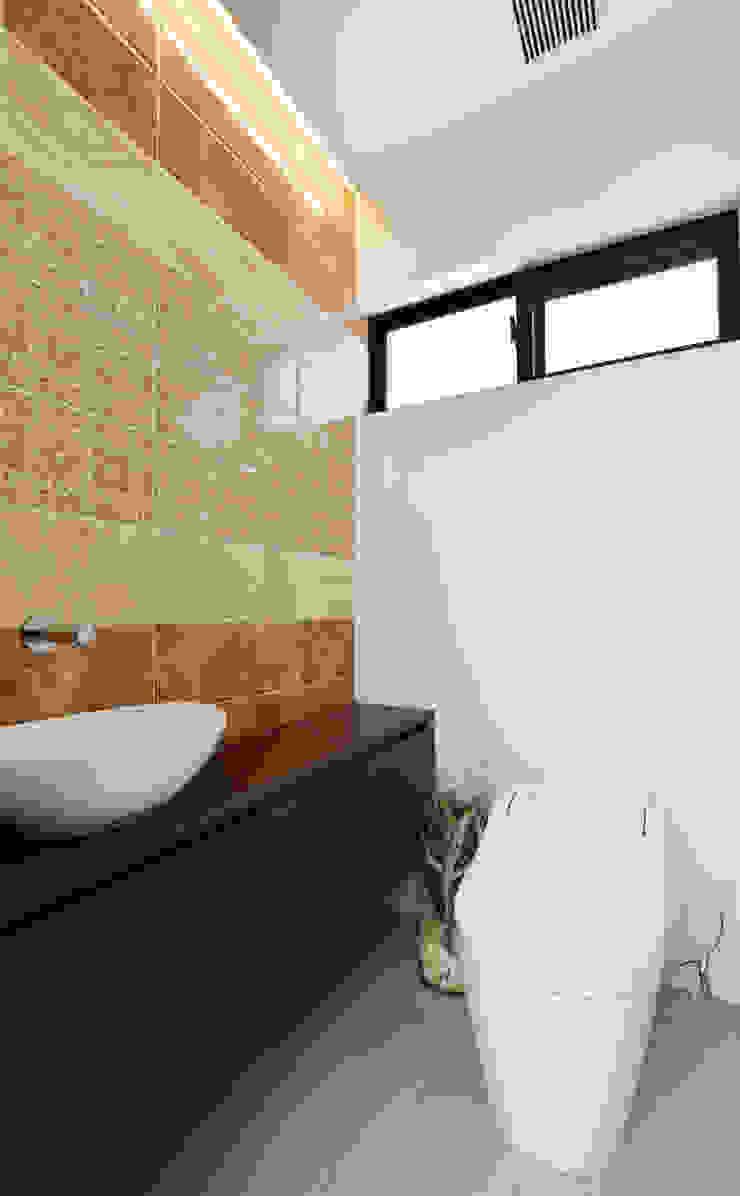 トイレ: Style Createが手掛けた現代のです。,モダン タイル