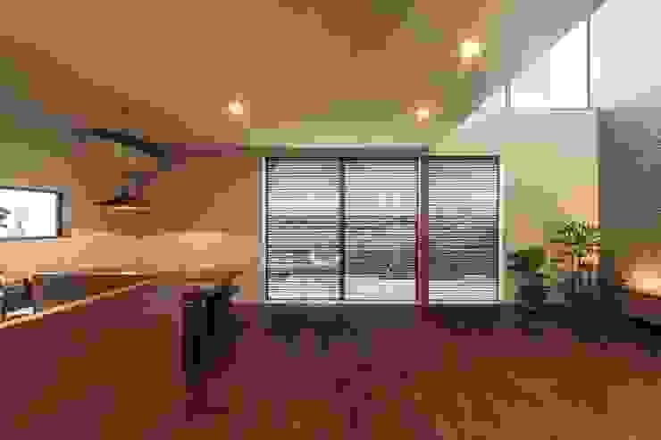 现代客厅設計點子、靈感 & 圖片 根據 WORKS WISE 現代風