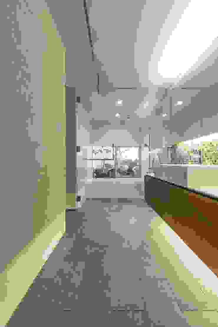 現代浴室設計點子、靈感&圖片 根據 WORKS WISE 現代風