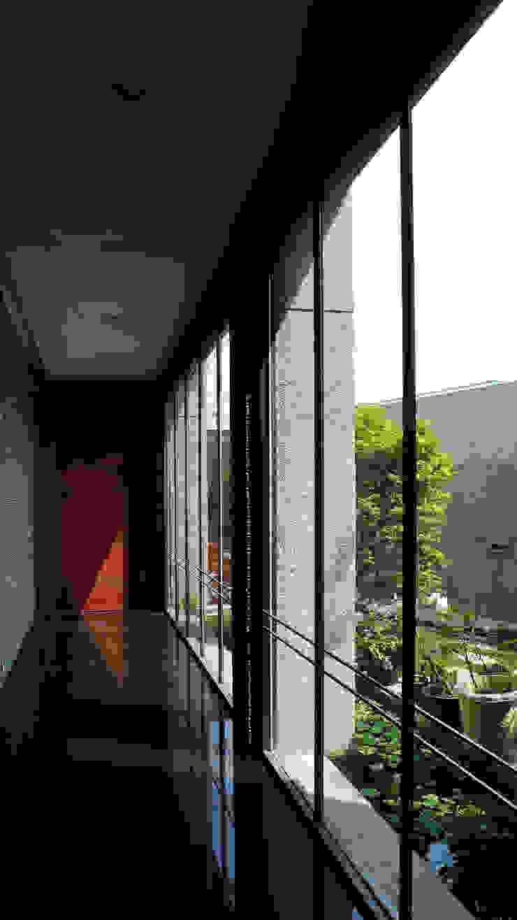 住宅入口穿廊 根據 黃耀德建築師事務所 Adermark Design Studio 簡約風