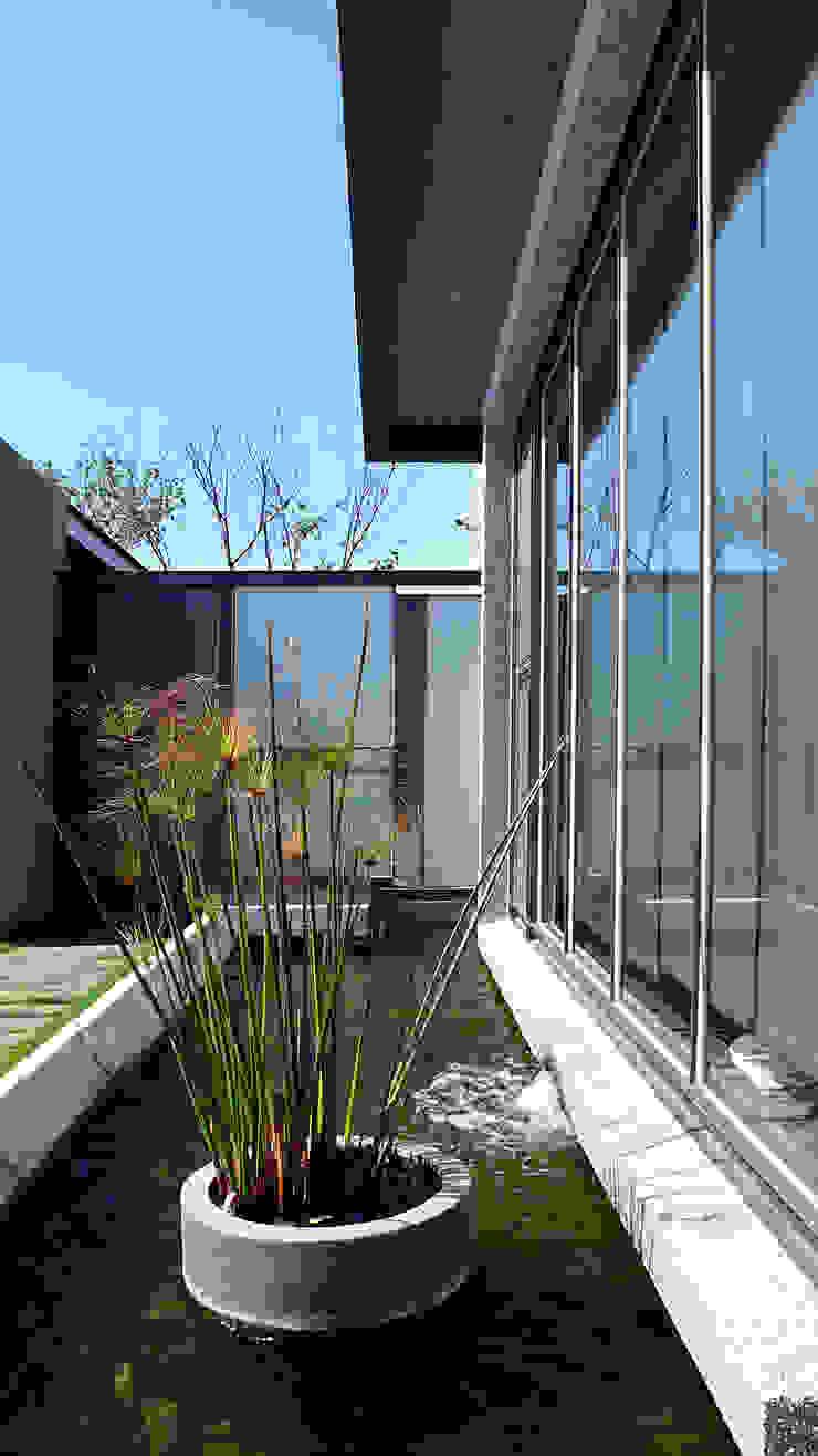 住宅入口與水景 根據 黃耀德建築師事務所 Adermark Design Studio 簡約風