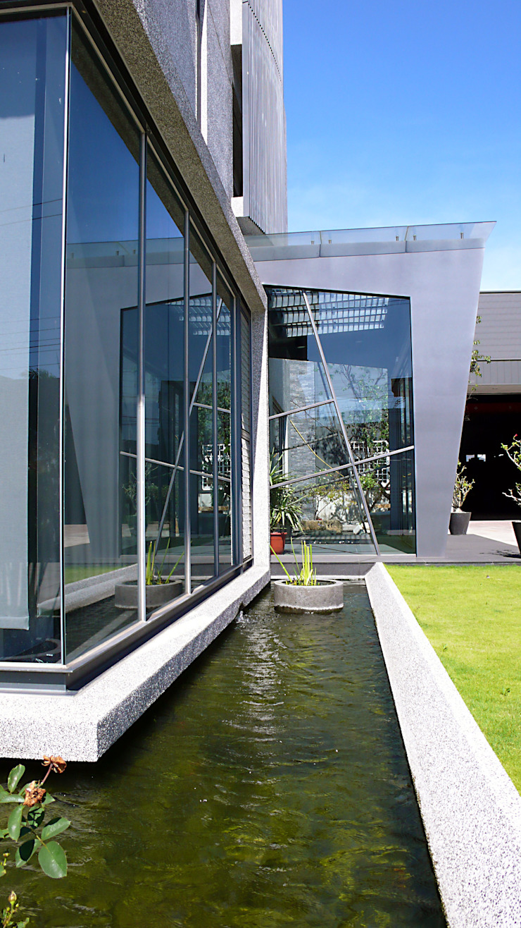 辦公室入口與水景 根據 黃耀德建築師事務所 Adermark Design Studio 簡約風
