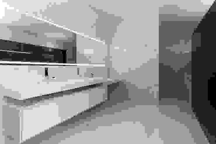 Salle de bain minimaliste par FRAN SILVESTRE ARQUITECTOS Minimaliste