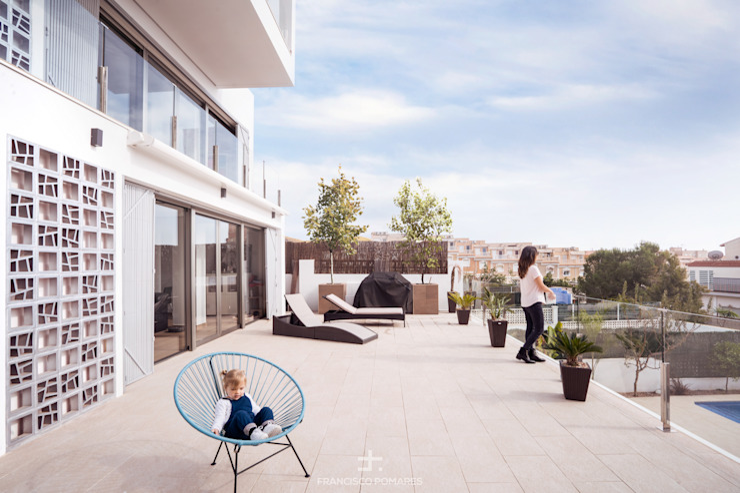 Porche exterior con toldos motorizados y jardín con piscina Balcones y terrazas de estilo moderno de Francisco Pomares Arquitecto / Architect Moderno