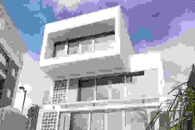 Fachada principal de la vivienda de estilo modeno Casas de estilo moderno de Francisco Pomares Arquitecto / Architect Moderno