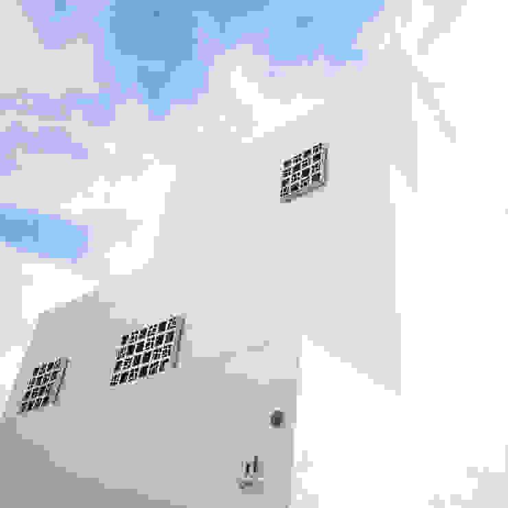 Arquitectura blanca, líneas puras y estilo mediterráneo. de Francisco Pomares Arquitecto / Architect Moderno