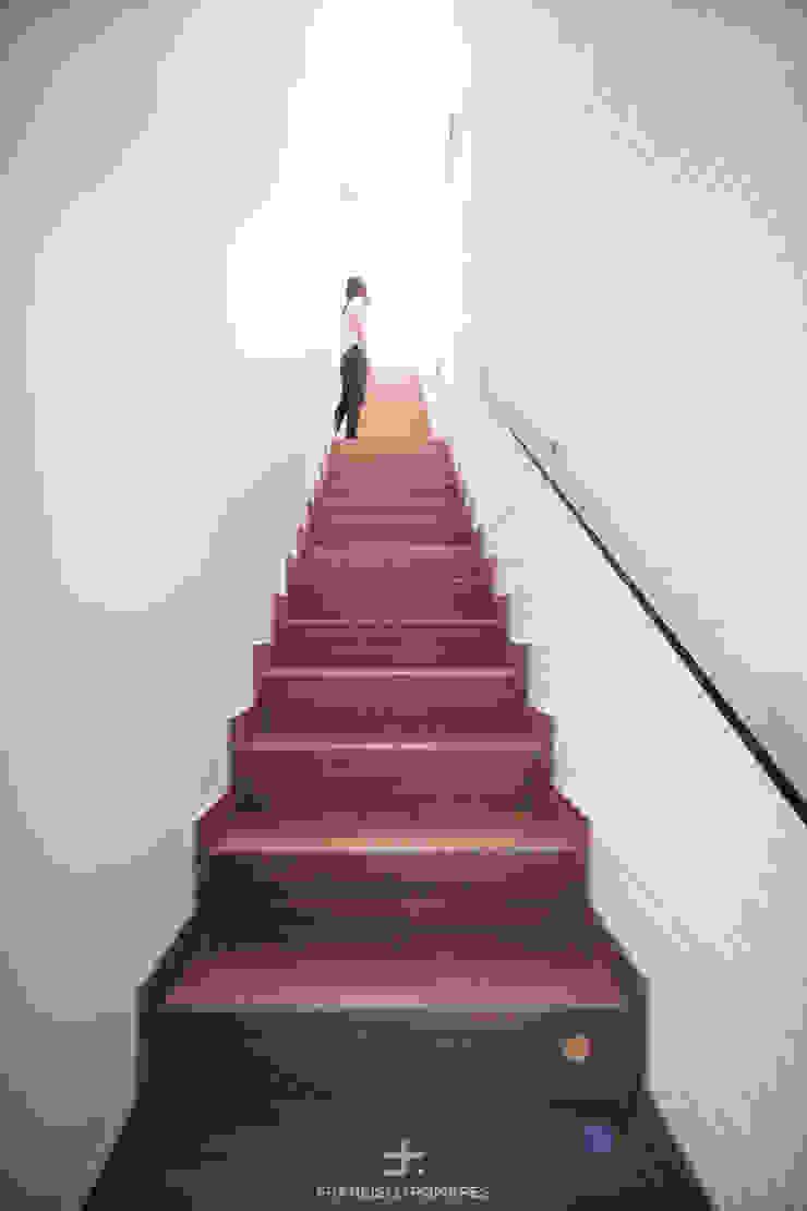 Escalera interior con pavimento de gres - madera de Francisco Pomares Arquitecto / Architect Moderno