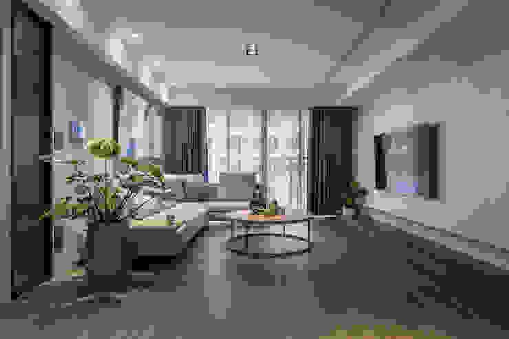 原木質感 英式色調 人文氣韻現代宅 现代客厅設計點子、靈感 & 圖片 根據 合觀設計 現代風