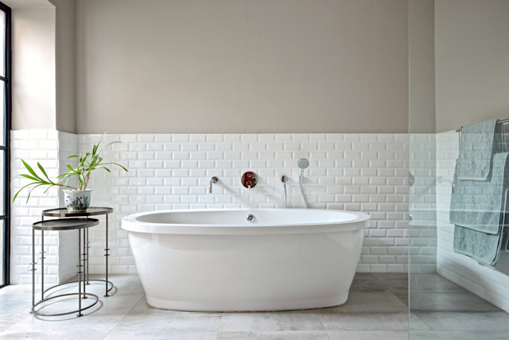 Freestanding bath Modern bathroom by Oksijen Modern