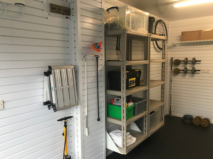 Give your bike pride of place in this tidy and organised garage Classic style garage/shed by Garageflex Classic