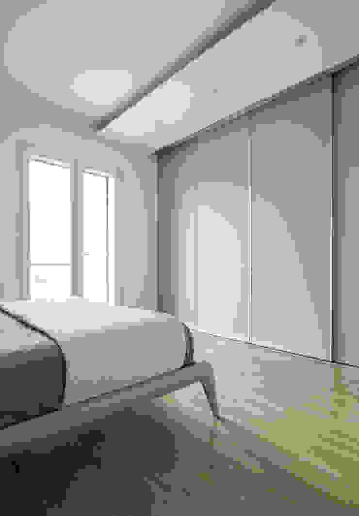 walk-in closet Camera da letto minimalista di Domenico Architetto Moschetto Minimalista