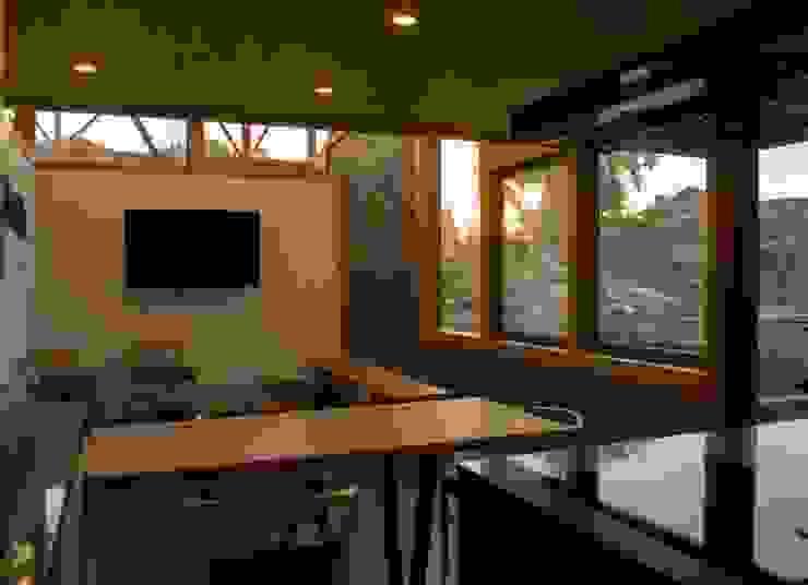 Cocina con vista al muro de piedra Cocinas de estilo moderno de PhilippeGameArquitectos Moderno Derivados de madera Transparente