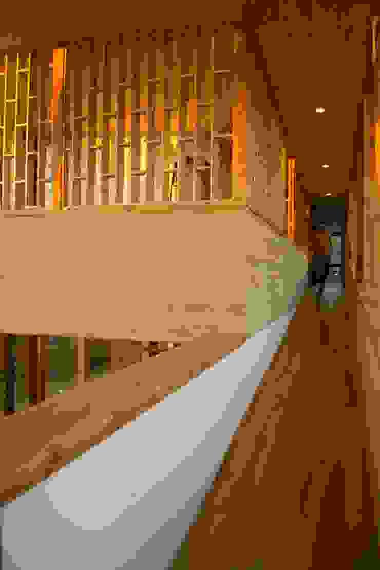 Rampa de madera Pasillos, vestíbulos y escaleras modernos de PhilippeGameArquitectos Moderno Madera Acabado en madera