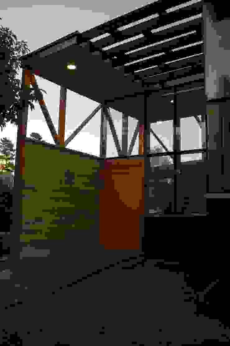 Acceso principal Pasillos, vestíbulos y escaleras modernos de PhilippeGameArquitectos Moderno Madera Acabado en madera