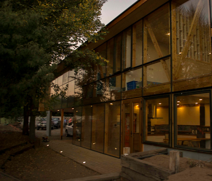 Fachada iluminada Casas estilo moderno: ideas, arquitectura e imágenes de PhilippeGameArquitectos Moderno Madera Acabado en madera