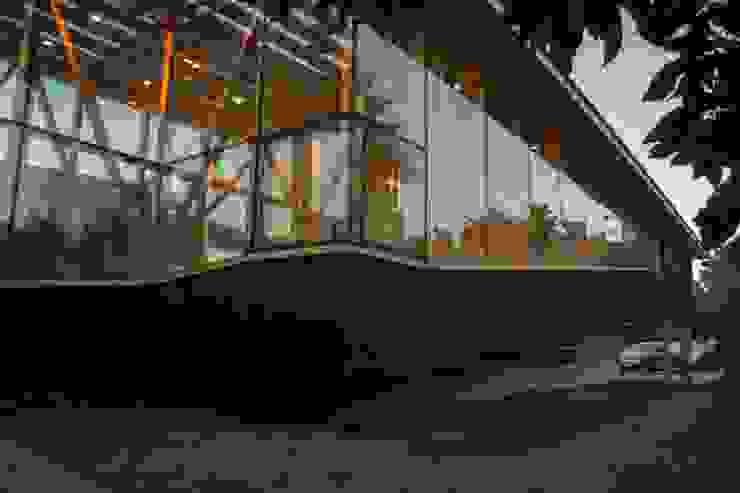 Esquina rampa Casas estilo moderno: ideas, arquitectura e imágenes de PhilippeGameArquitectos Moderno Concreto reforzado